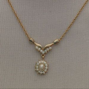 Jewelry - Gold faux pearl necklace